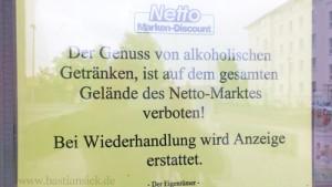 Genuss von alkoholischen Getränken verboten, bei Wiederhandlung wird Anzeige erstattet_WZ (Netto-Markt in Magdeburg) (c) Christine Meinhard 14.06.2015_J3BaMefX_f
