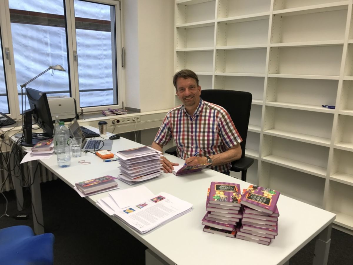 Bastian Sick beim Signieren in Köln