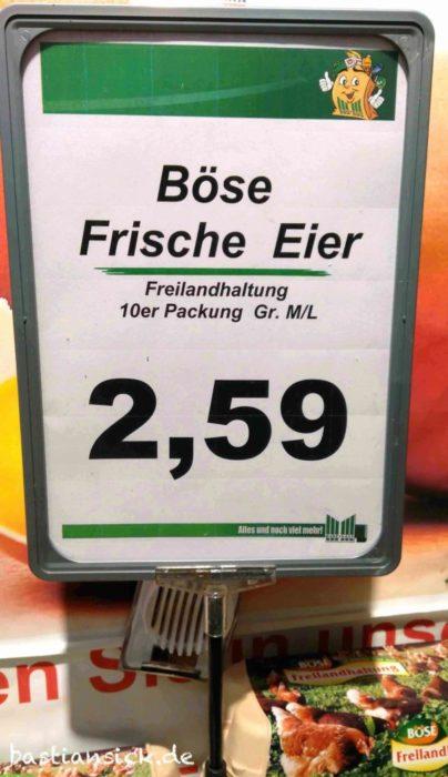 Auf einem Schild im Supermarkt werden »Böse Frische Eier« angeboten.